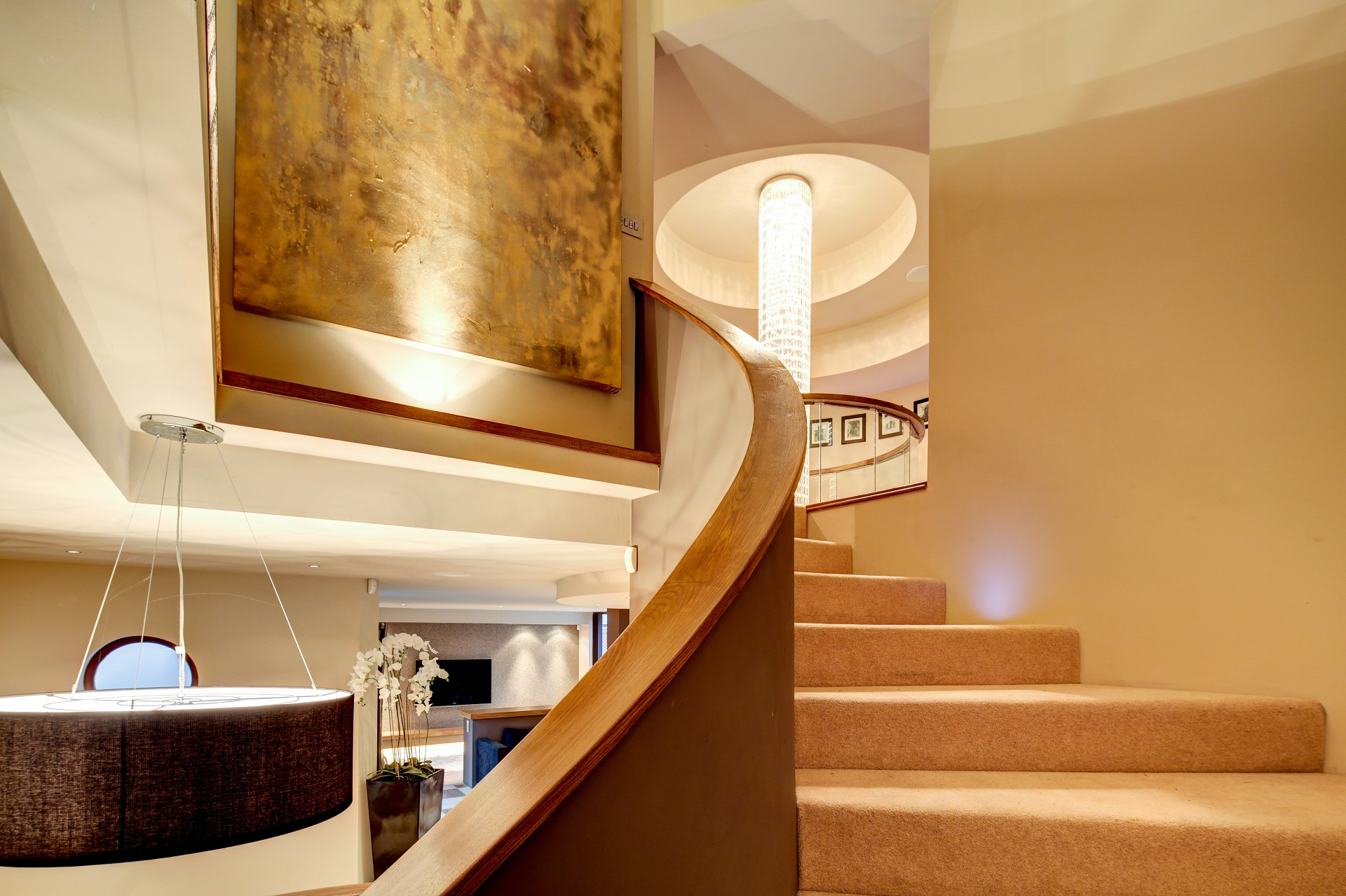 centrepiece curved staircase and Bannister, chandelier