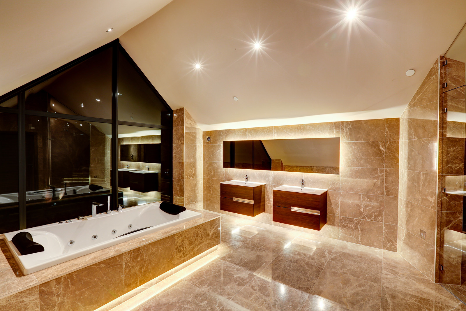 inset bath in luxurious bathroom, Tanglewood Nottinghamshire